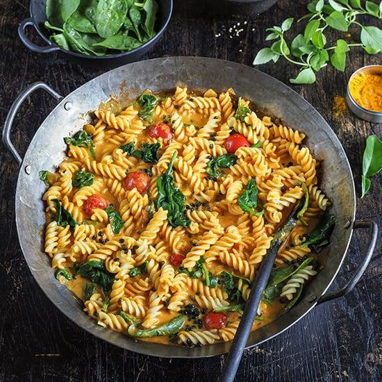 Rotes Thai-Curry mit Tomaten, Blattspinat und Nudeln Teaser